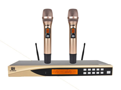 威皇 GH-999VIP專業無線麥克風 1.全新的音頻電路構架,高音細膩,中低頻強勁,特別是在聲音的細節上具有完美的表現力。 2.超強的動態跟蹤能力使得遠/近距離拾音收放自如。 3.全新概念的數字導頻技術,徹底解決KTV包房相互串頻現象,永不串頻。 4.配置有嘯叫抑制功能電路,調試更簡單。 5.自動搜索無干擾信道功能,安裝更便捷。 6.輸出最大音量可自由限制,適應范圍更廣。 7.UHF頻段,鎖相環(PLL)頻率合成。 8.100×2個信道,信道間隔250KHz。 9.超外差二次變頻設計,具備極高的接收靈敏度。 10.射頻部分采