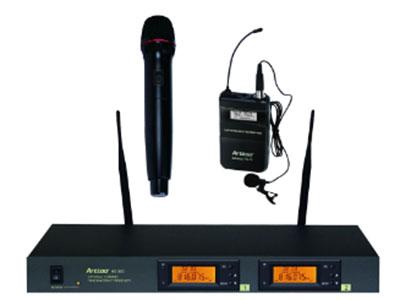 HS990/T8頻道組數 雙頻道面板顯示 LCD液晶顯示可同時顯示RF/AF信號強度和工作頻率震蕩模式 PLL相位鎖定頻率合成射頻穩定度 ±0.005%(10~50℃)載波頻段 UHF:741.850MHz~762.750 MHz;799.850MHz~820.750MHz頻帶寬度 20 MHz頻率間隔 250KHz可切換頻率數 60組操作方式 手動調整頻率調整 只要按MUTE鍵3秒,就能立即自動掃描和鎖定預設之不受干擾的頻率只要按IFB功能鍵,就能立即自動掃描和使發射器自動追鎖接收機同一個工作頻率接收方式 天線分集式靈敏度 在偏移度等于40KHz,輸入6dBμV時,S/N 80dB最大偏移度 ±105KHz綜合S/N比 ±105dB(1KHz-A)綜合失真度