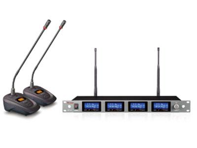 "ART-R4/PRO44四頻道 面板顯示: LCD液晶顯示可同時顯示RF/AF信號強度,SQ設置,發射機的電池容量和工作頻率。震蕩模式: PLL相位鎖定頻率合成。射頻穩定度: ±0.005%(10~50℃)。載波頻段 :UHF: 721.100MHz~860.100MHz。頻帶寬度: 50MHz。頻率間隔 :200KHz。可切換頻率數 :1000組。操作方式: 手動調整。接收方式 :真分集式(TrueDiversity)。靈敏度: 在偏移度等于40KHz,輸入6dBμV時,S/N80dB。最大偏移度 :±68KHz。綜合S/N比: ±105dB(1KHz-A)。綜合失真度: <0.5%@1KHz。綜合頻率響應: 100Hz~18KHz±3dB具低頻衰減濾頻電路。輸出插座 :XLR平衡式插座獨立輸出及Φ6.3不平衡式插座混合輸出。音量輸出調整 :輸出電平可隨意調整。靜音控制模式 :獨立""音碼及雜訊鎖定""雙重靜音控制。靈敏度調整: 可通過調節SQ,可調節接收機靈敏度。無阻接收距離 :無障礙阻隔接收距離約80米。DC電源供應 :0.5A 12-15V尺寸:mm寬×深×高 426×185×50 會議EW-PRO44參數 膜片類型 單向性(心型) 指向性 電容式 工作頻率 800.100 MHz -821.600M Hz 740.IOOM Hz-768.400M Hz 頻率穩定性 ±0.005% 振動模式 PLL鎖相頻率合成 調制模式 FM 頻率響應 100Hz-15000Hz 電源 AA堿性電池x2"