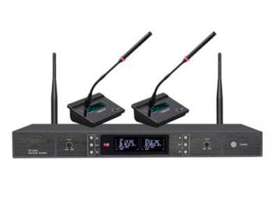 """澳雅声 UHF无线会议一拖二UW-9992 """"新颖底座模具,钢琴烤漆,3.2寸LCD液晶屏显示发射机工作界面,采用UHF频段,PLL相位锁定技术,特性更稳定,谐波辐射最低,红外线自动对频,2通道随意对频使用,智能省电提升工作效率,发射机创新的关机模式选择,适合不同人群的使用习惯,配有长干涉咪杆,语音清晰,频响宽,人声突出,拾音距离达50CM以上! 接收机后置KEY LOCK锁频键,能有效防止按键误触带来的不便,每通道独立音频输出+混合输出! 接收机参数  ↘频率范围:612-850Hz (默认出厂使用频率为612-698MHz) ↘调节方"""