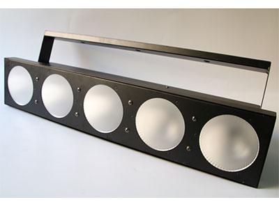 """美辉  5颗矩阵灯MH-DB05A """"0~100\%调光功能跟各种频闪速度可选 三种操作模式:DMX模式、主/副机模式、声控模式。 适合于迪斯科舞厅、俱乐部、舞厅、酒吧、聚会、移动DJ等场所。 输入电压:AC100V-240V 50/60Hz 功率:180W 控制模式:DMX模式,主从模式,声控 通道数量:9/5通道可选 防护等级:IP20 光源:5颗30W全彩RGB三合一LED 尺寸:668x113x113mm 重量:3.8kg"""""""