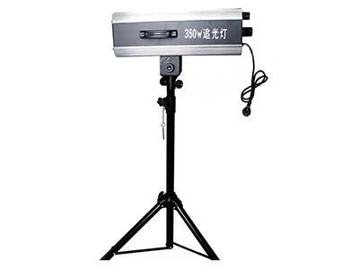 """美辉 350W LED追光灯MH-LED350L """"功能特点: 1.手动可变光圈:0-100\%线性调节。 2.手动造型切光:0-100\%线性调节。 3.手动调焦、放大、光束角2-4°。 4.氙泡专用镇流器,性能更稳定。 5.配有灯泡记时器,可记录灯泡使用时间,提醒用户在氙泡使用寿命内更换新泡。 6.理想的6000K色温持久不衰退,其显色指数和在摄影机前呈现的效果, 是一般追光灯无法比拟的。 7.配备一个雾化镜片,手动调节。 8.灯头前端配备可拆卸式换色器,6个色纸夹。 9.水平360°、垂直60°自由旋转。 10.安全设置:灯体"""
