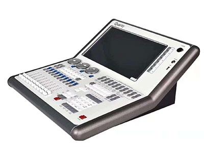 """美辉  石英控台MH-TT85 """"采用功能强大的泰坦(Titan)操作系统; 酷睿双核处理器,60GB固态硬盘,2GB内存; 支持中文菜单显示,内置多国语言; 内置15.4寸高分辩率宽屏触摸屏(工业屏),支持联网到计算机设备控制各种灯光3D可视化软件; 支持Art-Net网络功能,可扩展至12个DMX输出线路(域),6144个通道; 10宏功能按钮,可让你更快的操作控台; 20个重放推杆,支持1000个以上的程序重放; 强大的属性控制窗口,CMY\RGB拾色板系统; 控台本身2048个DMX-512通道输出,另配一台4"""