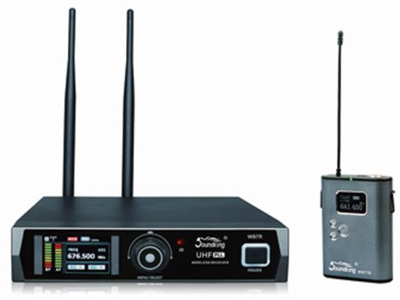 音王W97R/TB 無線一拖一頭戴話筒工作范圍 100米可視系統 動態范圍 >100 dB A-加權 音頻響應 20 Hz-18 kHz 信噪比 >90 dB 總諧波失真 50 dB 操作電壓 12~15V 尺寸 2l5 x215 x45(mm) 重量 0.95KG 腰包發射器 輸入接口 迷你XLR (P3 ) 輸入阻抗 1 MΩ 輸入增益范圍 38dB 射頻輸出功率 10 mw/ 30mw可選 操作電壓 12~15V 電源要求 2只AA(LR6)堿性電池 電池使用時間 可達15小時 尺寸 110 x65 x2