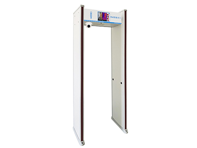 阿丽塔 热成像测温门 热成像测温门可对通过安检门的人员进行脸部温度测试并进行人员准确匹配,温度精度:±0.3℃,测试距离:0.3米-3米,测试人员身高:1.45米-1.85米;热成像测温门可通过安全温度阈值设置,超过该阈值,可联动本地声光报警,建立首道防线。